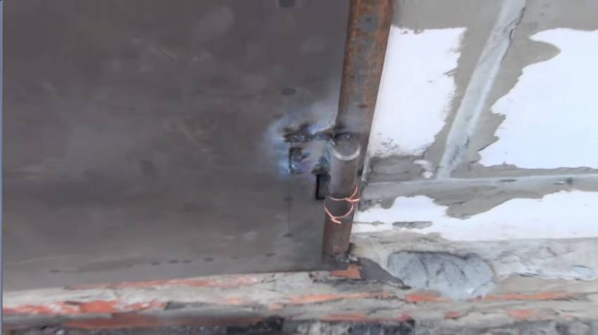 Железная входная дверь для дома из газобетона
